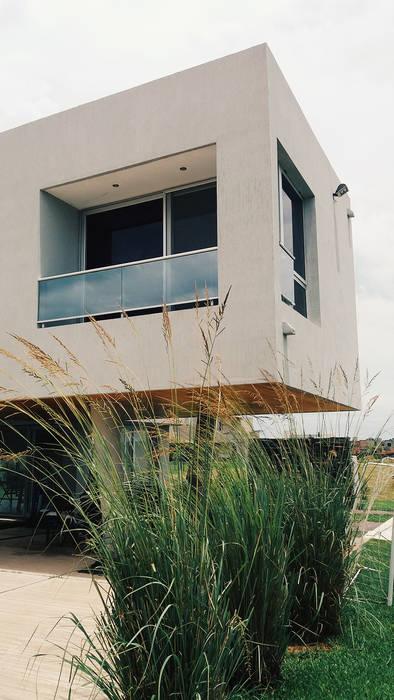 Fachada- espacio semi cubierto: Casas de estilo  por VHA Arquitectura
