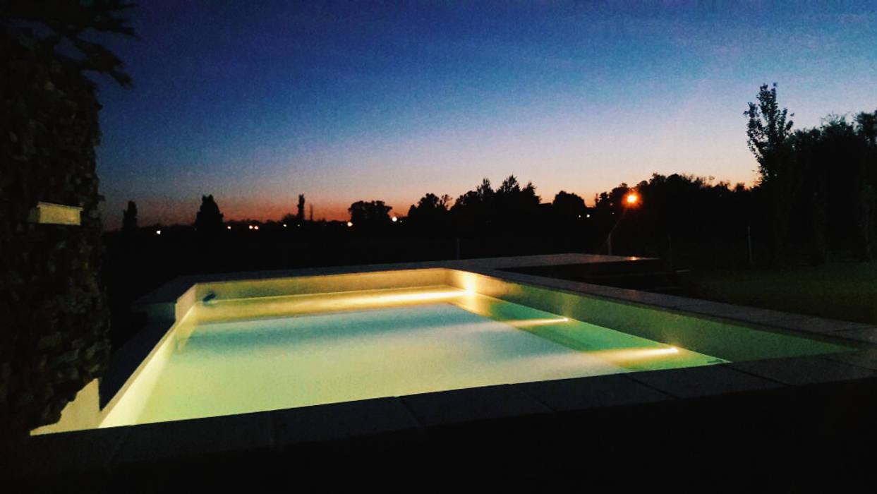 Iluminacion piscina: Piletas de estilo moderno por VHA Arquitectura