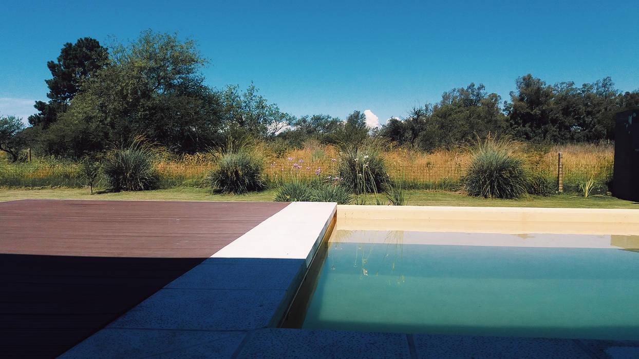 Fusion naturaleza + agua: Piletas de estilo  por VHA Arquitectura
