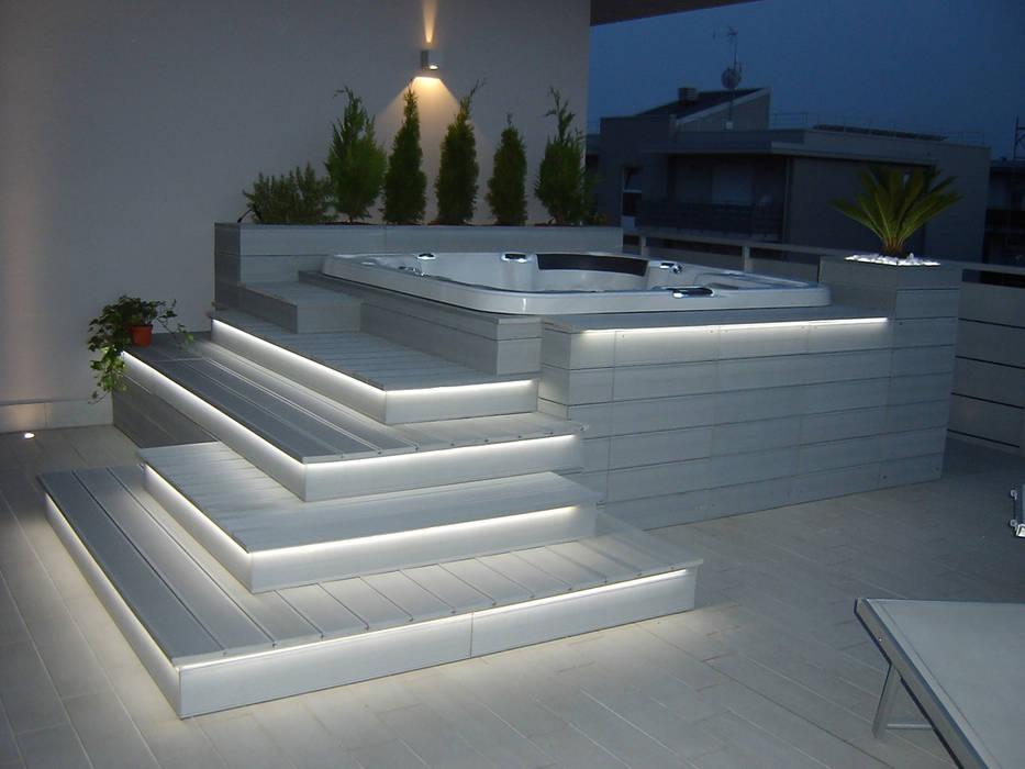 Arredo su vasca idromassaggio: Terrazza in stile  di Arredo urbano service srl