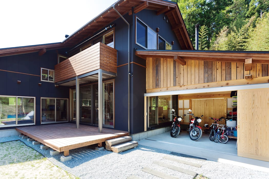人生を豊かにしてくれるウッドデッキとバイクガレージ 株式会社 建築工房零 オリジナルデザインの ガレージ・物置 木