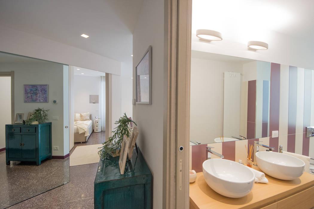 Panoramica ingresso.: Ingresso & Corridoio in stile  di Lella Badano Homestager