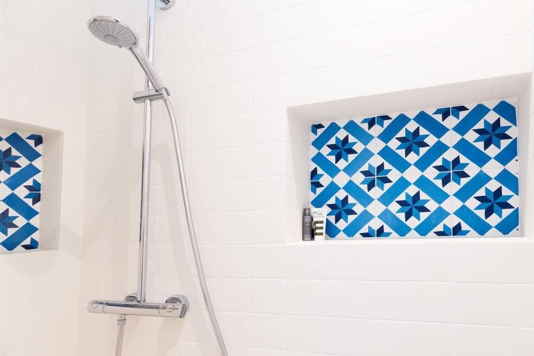 Autour d'une cuisine Dînatoire Salle de bain moderne par ATELIER FB Moderne