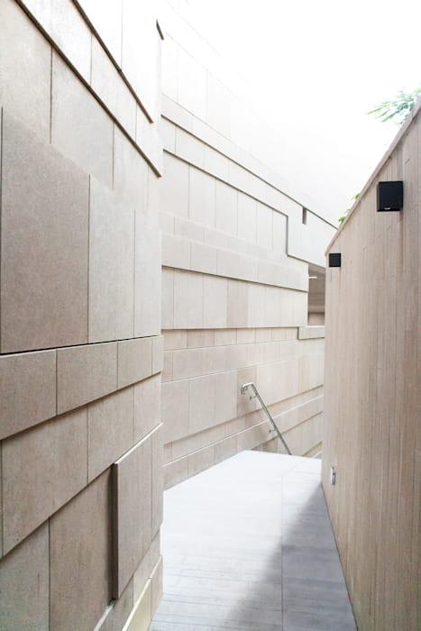The Public Corridor:  Houses by Sensearchitects Limited, Modern Stone