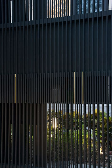 Entrance Fence Gate:  Houses by Sensearchitects Limited, Modern Metal