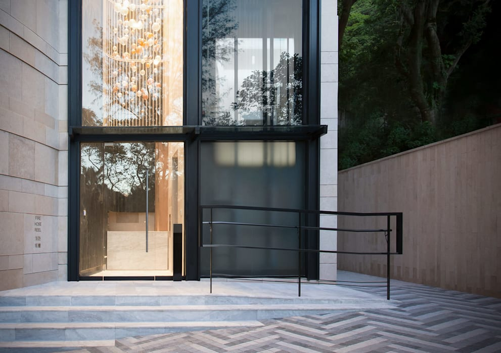 The Front Entrance:  Houses by Sensearchitects Limited, Modern Glass