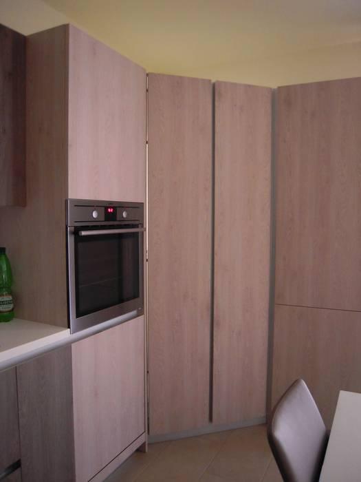 Particolare angolo dispensa con colonne: cucina in stile di ...