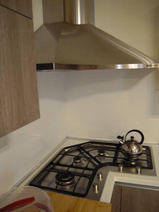 Particolare del piano cottura angolo con kappa inox: cucina in stile ...