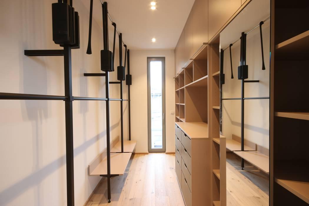 :  Dressing room by Boldt Innenausbau GmbH - Tischlerei & Raumkonzepte,Modern Engineered Wood Transparent