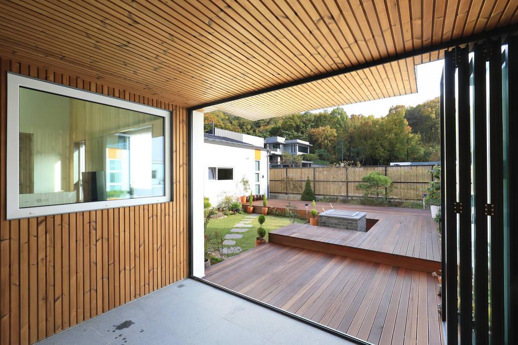 Terrazas  de estilo  por 주택설계전문 디자인그룹 홈스타일토토, Moderno Madera Acabado en madera