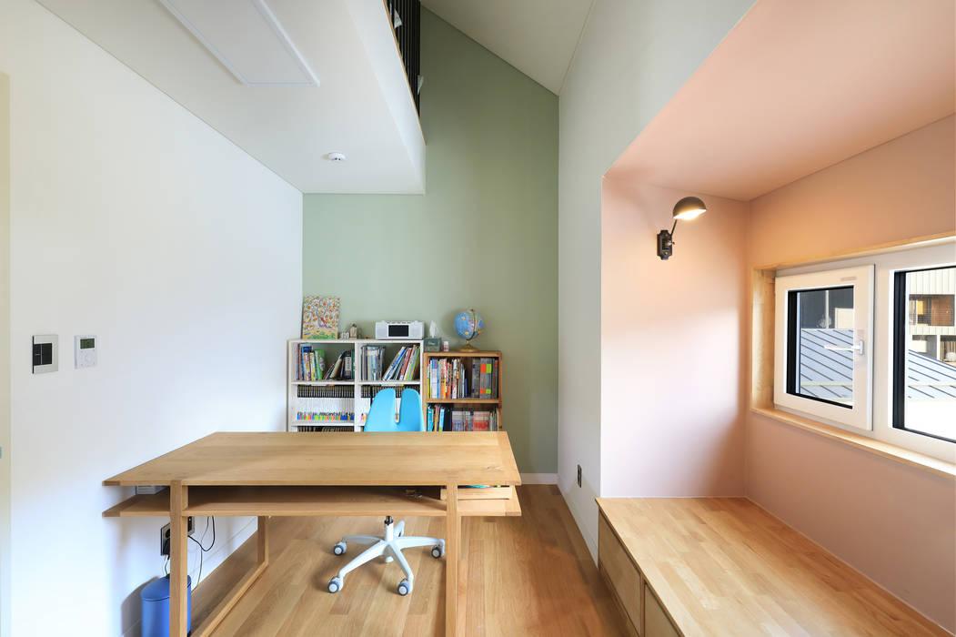 2층 자녀방: 주택설계전문 디자인그룹 홈스타일토토의  침실,모던 마분지