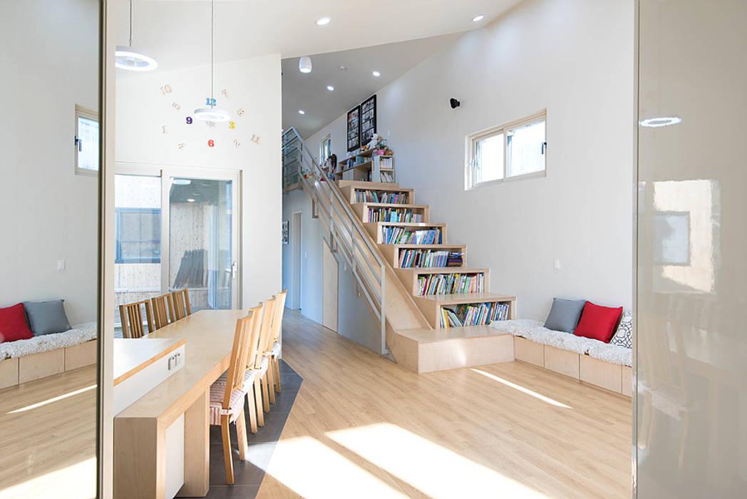 Living room by 오파드 건축연구소
