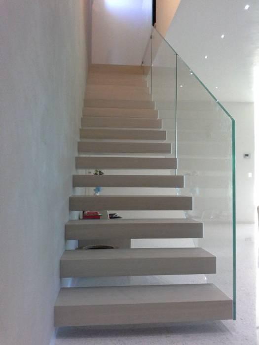 Scala a sbalzo: Ingresso & Corridoio in stile  di Ideal Ferro snc