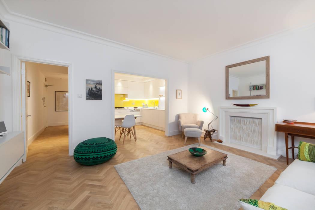 Open-plan living room with eclectic furnishings leading into kitchen Ausgefallene Wohnzimmer von Timothy James Interiors Ausgefallen Holz Holznachbildung
