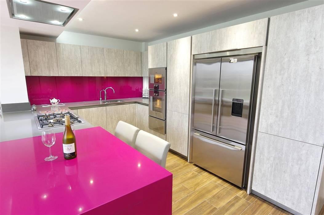 Modern design with magenta accents:  Kitchen by PTC Kitchens