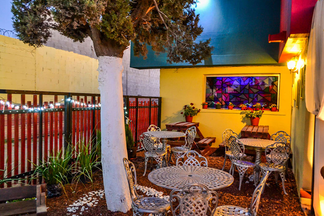 Chronos Garden Habitá Estudio Creavtivo Balcones y terrazas rústicos