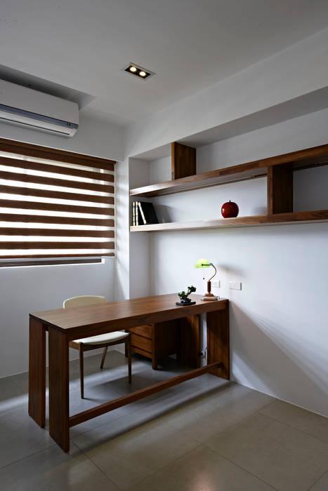 小坪數大空間清新自然風:  書房/辦公室 by 瓦悅設計有限公司