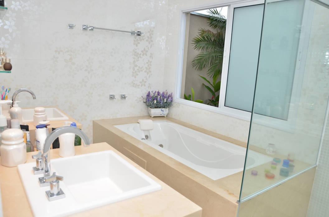 Banheiro branco: Banheiros  por Paula Ferro Arquitetura