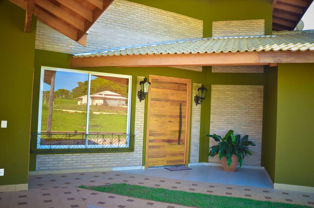 Hall entrada rancho Paula Ferro Arquitetura Casas rústicas