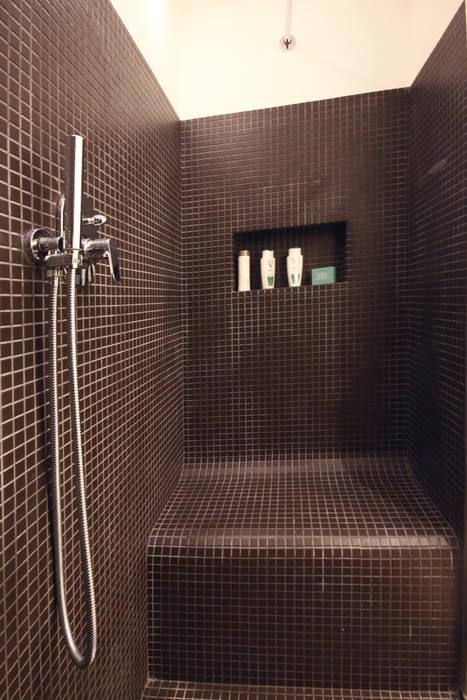 Bagno camera da letto con doppia doccia e panca in muratura ...