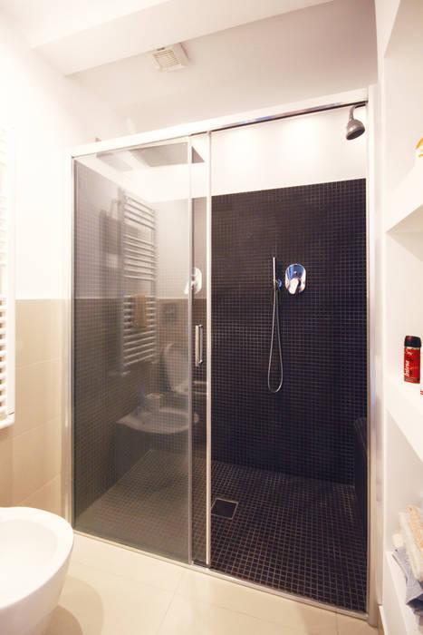 Bagno camera da letto con doppia doccia e panca in muratura: bagno ...