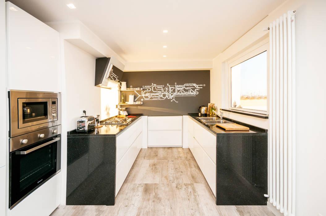 Ristrutturazione appartamento 50 mq 現代廚房設計點子、靈感&圖片 根據 Fabiola Ferrarello architetto 現代風 木頭 Wood effect