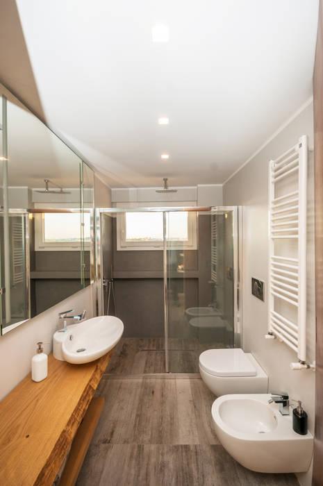 Ristrutturazione appartamento 50 mq 現代浴室設計點子、靈感&圖片 根據 Fabiola Ferrarello architetto 現代風 水泥