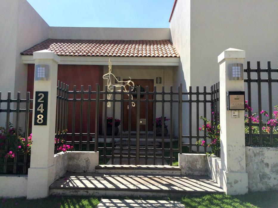 Ingreso ppal. Puertas y ventanas de estilo moderno de Base-Arquitectura Moderno