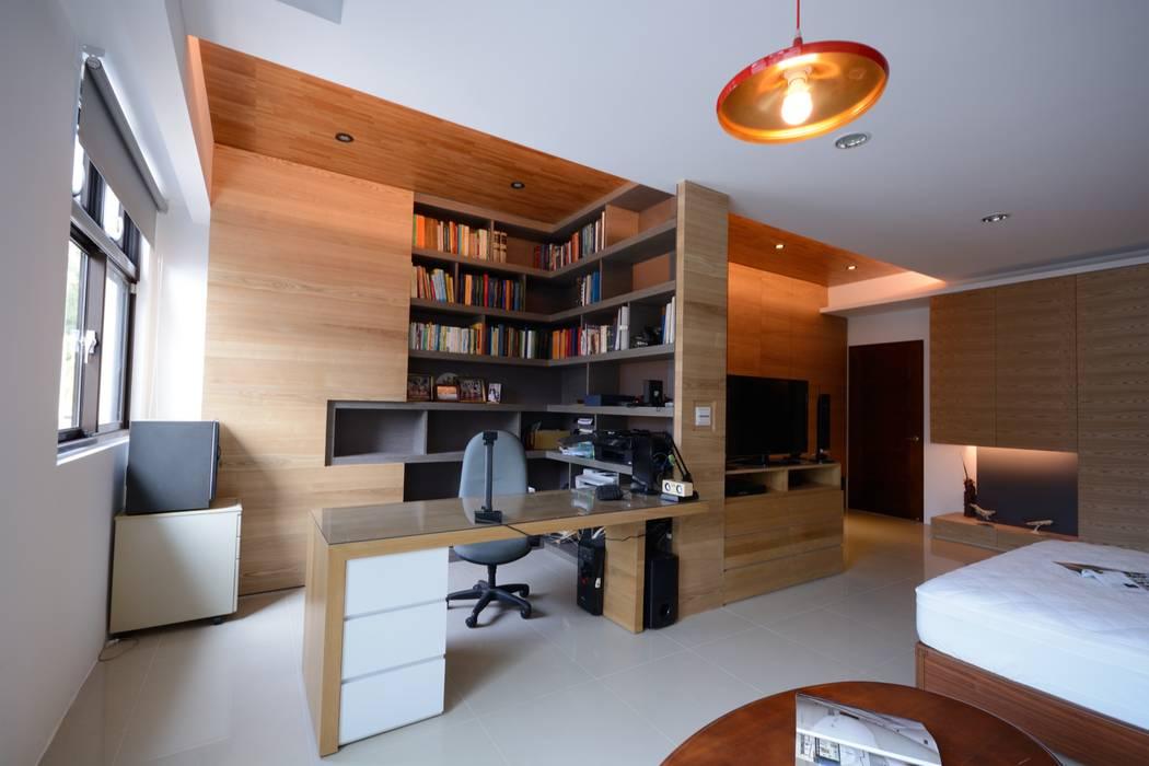 別墅設計多元木大塊空間意象:  書房/辦公室 by 瓦悅設計有限公司