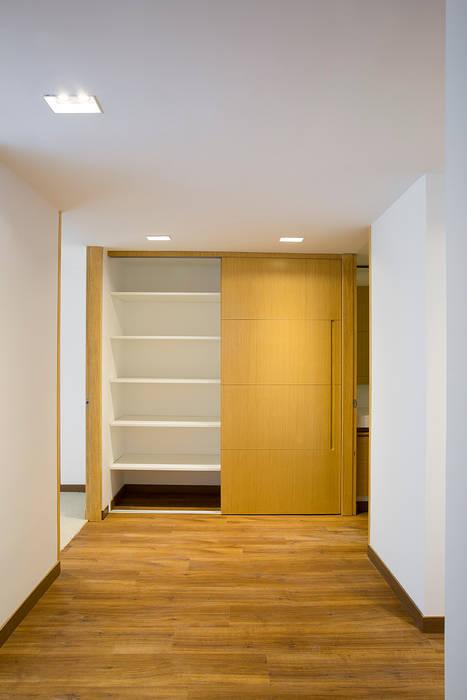 Apto Cll 77 - Cr 9: Pasillos y vestíbulos de estilo  por Bloque B Arquitectos