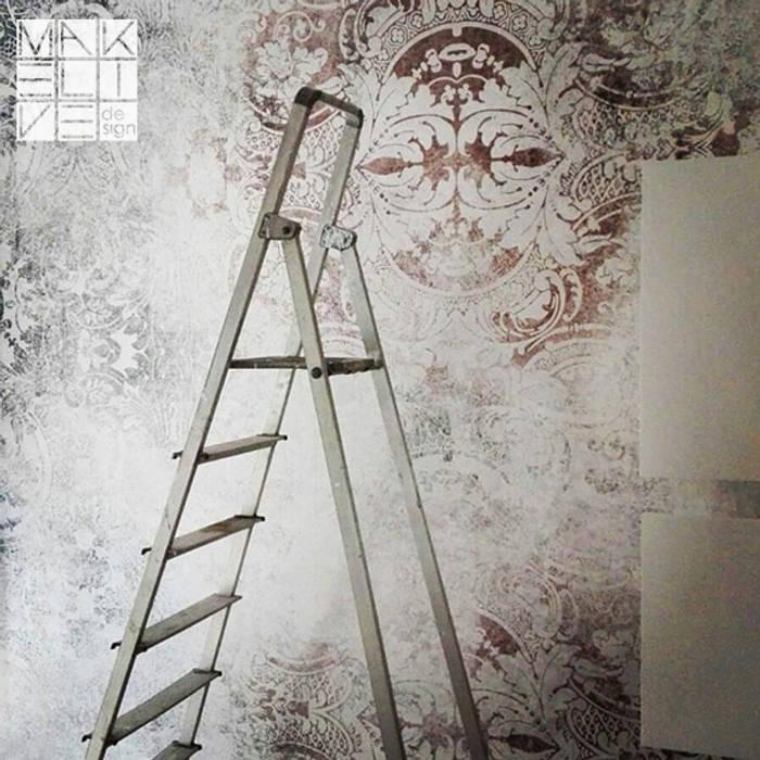 Rivestimento parete con carta da parati vinilica: Camera da letto in stile  di MakeLiveDesign