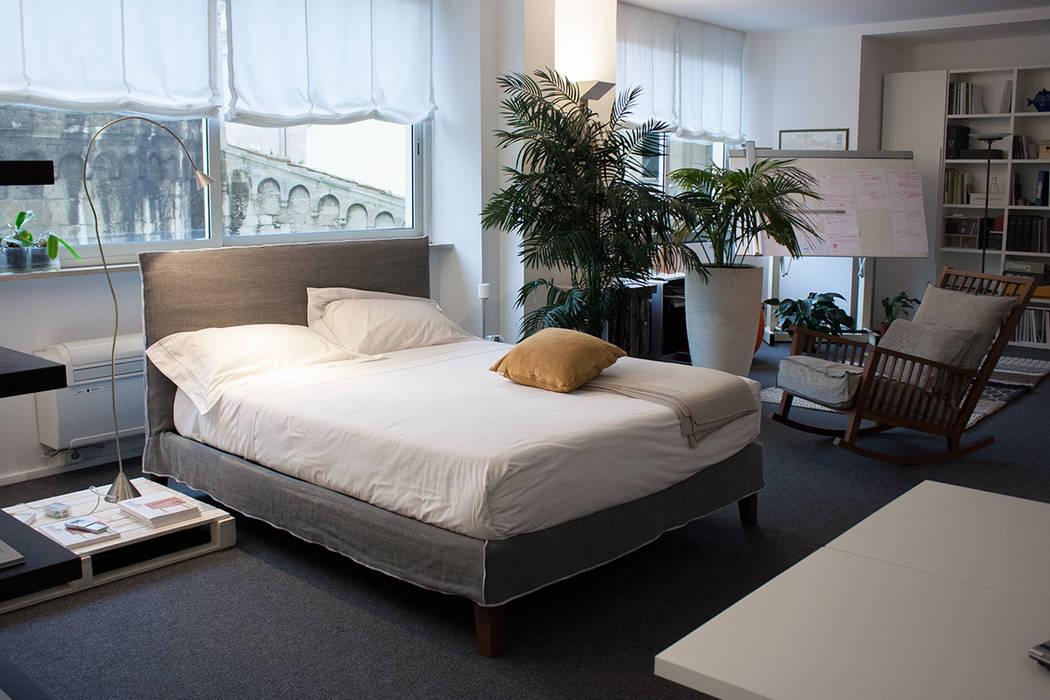 Camera da letto: in stile di arch. vittoria ribighini ...