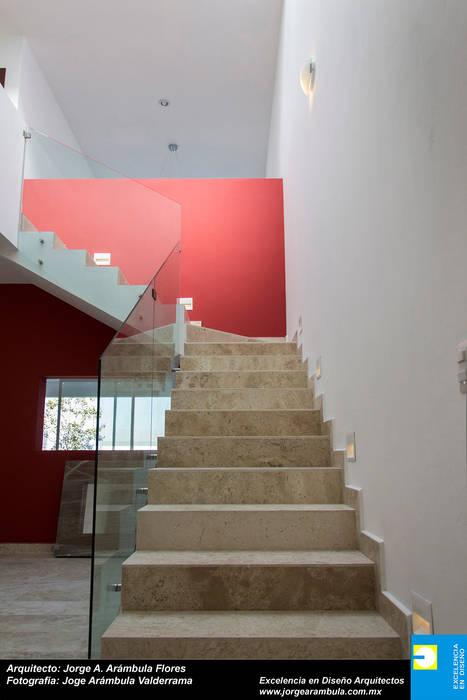 ESCALERA PRINCIPAL: Pasillos y recibidores de estilo  por Excelencia en Diseño