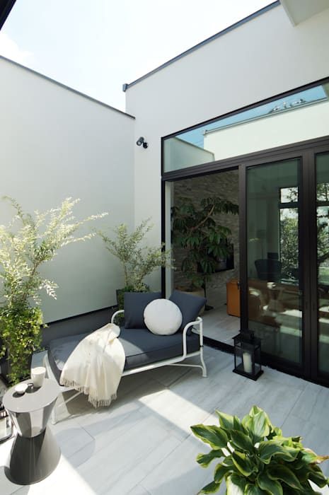 TERAJIMA ARCHITECTS/テラジマアーキテクツ Modern balcony, veranda & terrace White