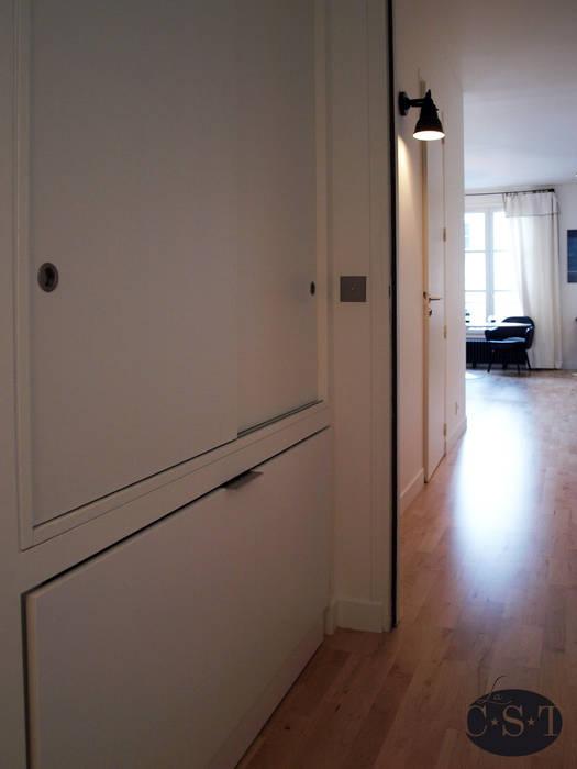 Meubles de rangement: placard haut et niche basse avec porte façon soute.: Chambre de style  par La C.S.T