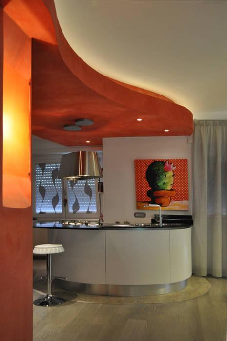 Soggiorno con isola cucina Soggiorno minimalista di Claudio Renato Fantone Architetto - laboratorio di architettura olistica Minimalista