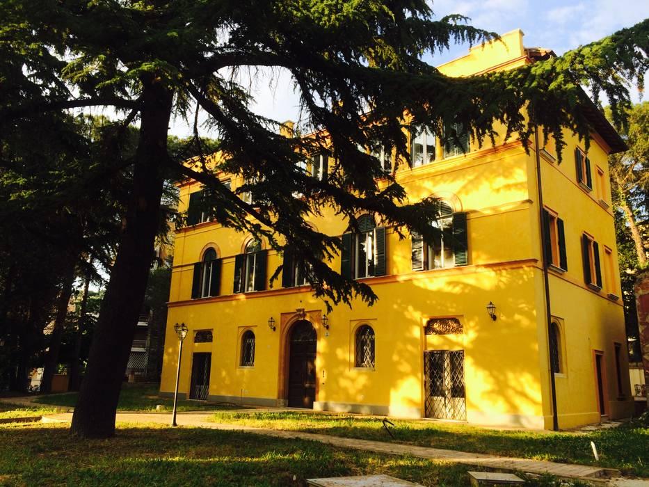 Facciata Villa d'epoca: Case in stile in stile Classico di Siepi Architetti Associati