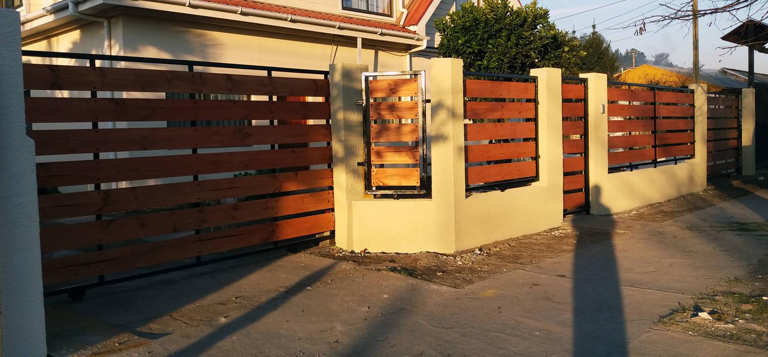 Cierre hormigon metal madera Casas de estilo ecléctico de ARQUITECTURA E INGENIERIA PUNTAL LIMITADA Ecléctico Concreto