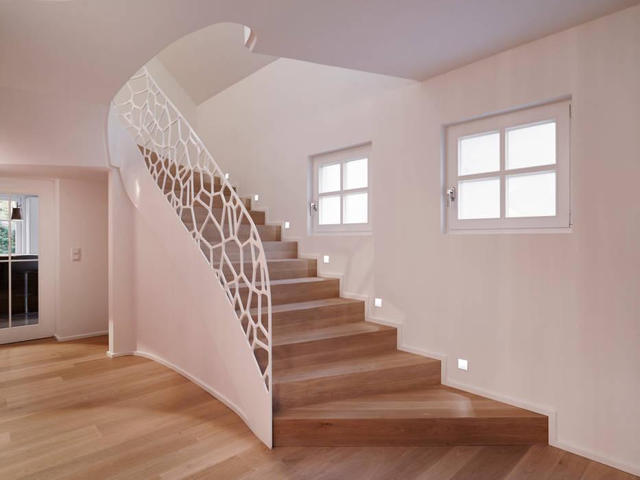 Trap wordt kunstwerk:  Gang en hal door EeStairs | Stairs and balustrades, Modern Hout Hout