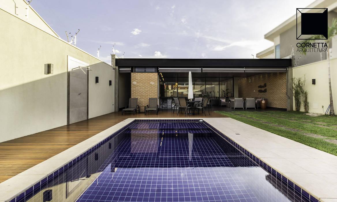 Piscinas de estilo  por Cornetta Arquitetura, Moderno