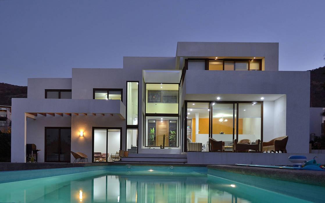 Casa en Pendiente 1: Casas de estilo  por Marcelo Roura Arquitectos