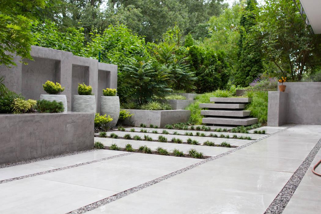 Moderne terrasse mit wasserfall, sitzbank und treppenstufen ...