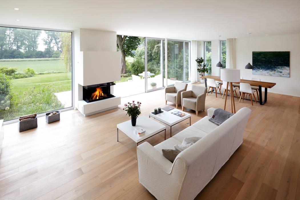 Blick zum kamin moderne wohnzimmer von lioba schneider ...