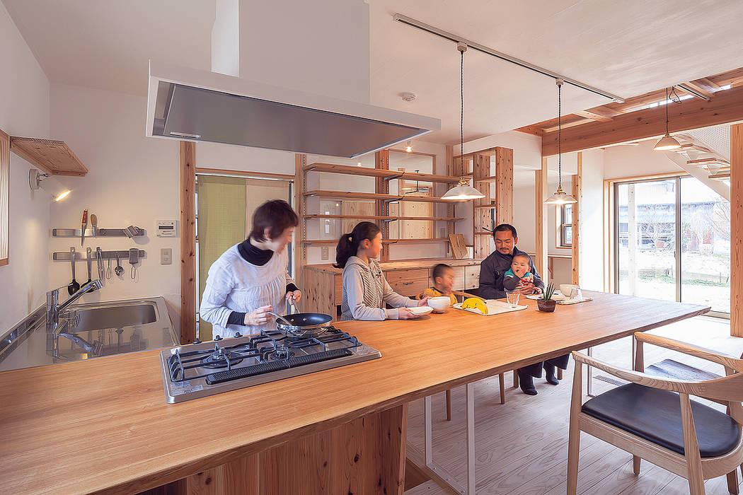 テーブルの上で紡ぐ豊かな時間: 株式会社 建築工房零が手掛けたキッチンです。