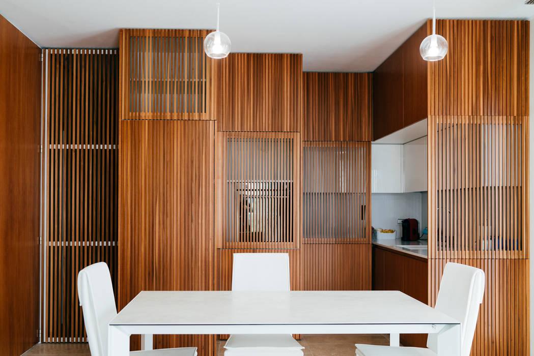 Cocinas de estilo moderno de mksarchitetti Moderno Madera Acabado en madera