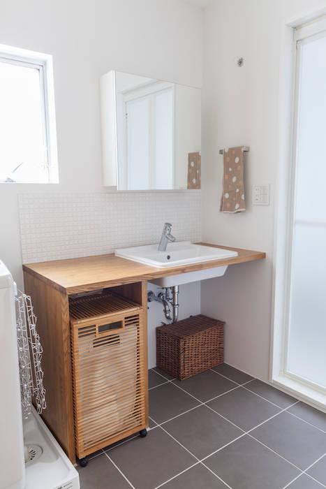 自宅兼アトリエ、美しく見せる区分けの秘密: 株式会社ブルースタジオが手掛けた浴室です。,モダン