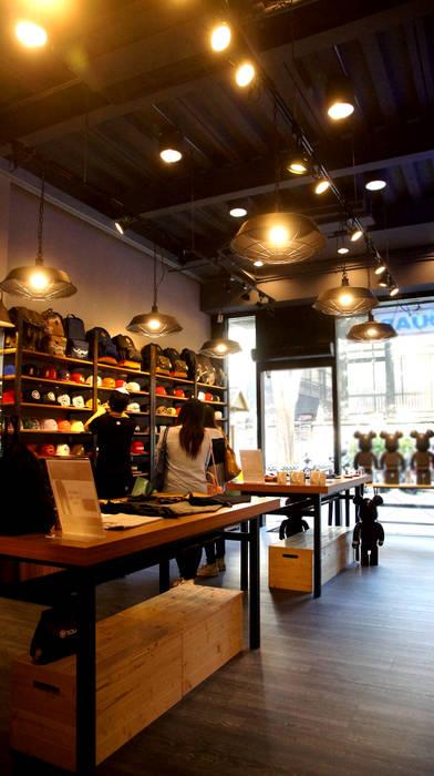 業風服飾店設計 - 台中一中街:  辦公室&店面 by 光島室內設計