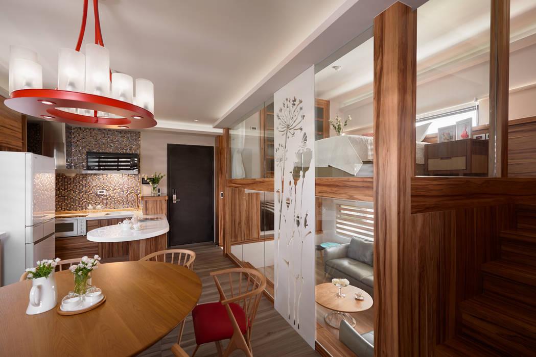 Sala da pranzo eclettica di 磨設計 Eclettico Legno massello Variopinto