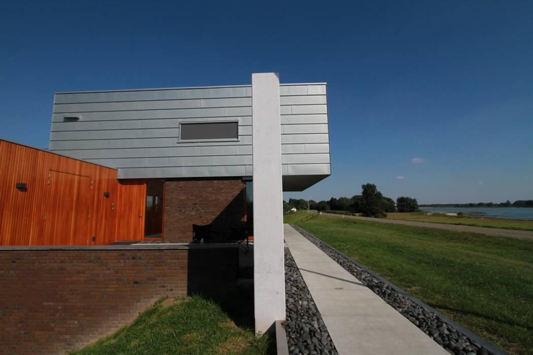 Moderne dijkwoning Box on the Wa(a)ll:  Huizen door Brand I BBA Architecten, Modern