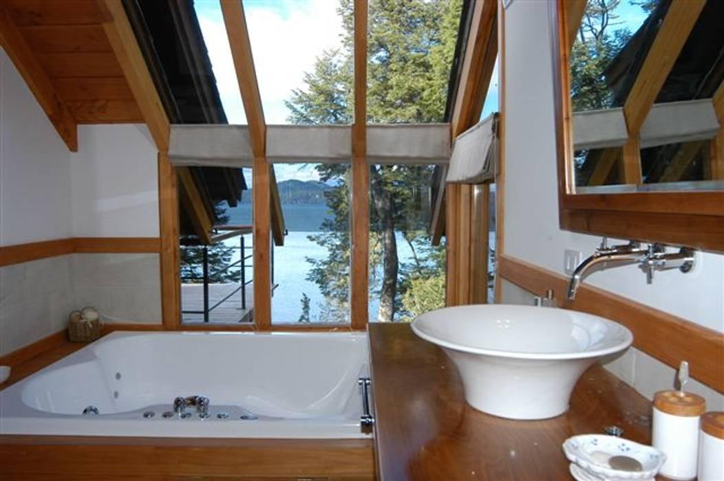 Modern Bathroom by Sidoni&Asoc Modern